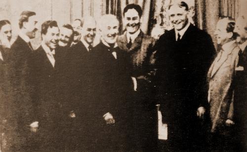 9afda7c63b ○1908.12.19 MPPC設立の祝宴でかつてのライバルたちと集うエディスン(前列左)